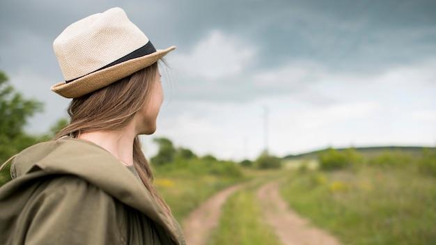 Viajante elegante com chapéu, olhando para longe