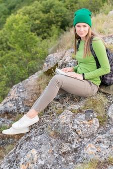 Viajante elegante com gorro relaxante ao ar livre