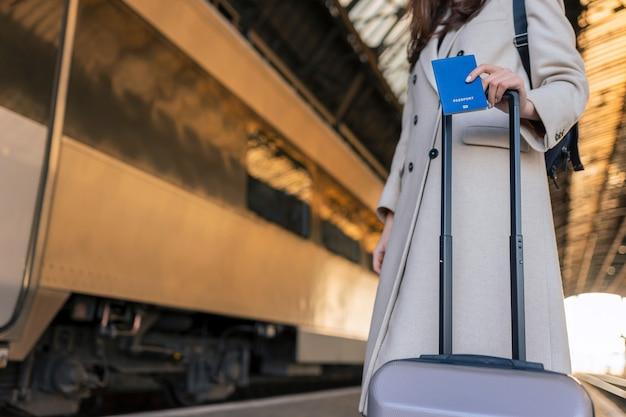 Viajante esperando para embarcar no trem
