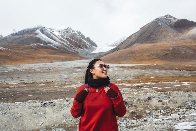 Viajante feminino nas montanhas do himalaia