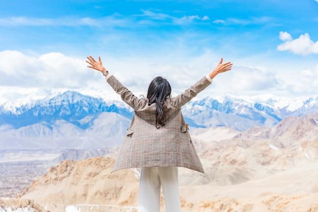 Viajante jovem mulher asiática, apreciando a vista da cidade de leh ladakh