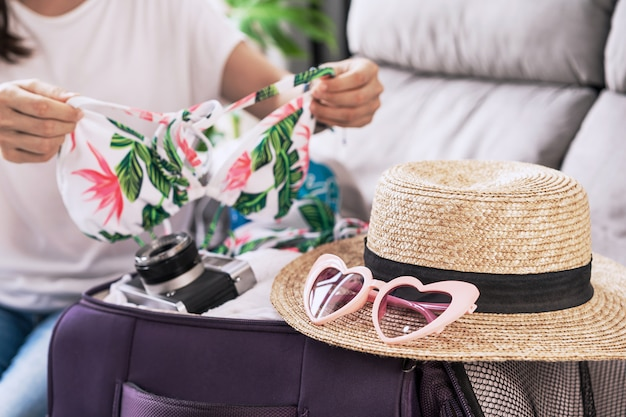 Viajante jovem mulher asiática se preparando para as férias de verão, conceito de viagens