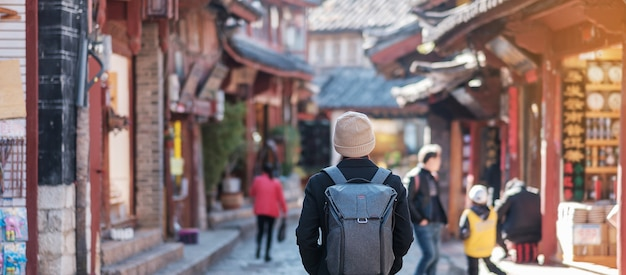 Viajante jovem viajando