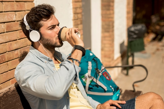 Viajante lateral bebendo café