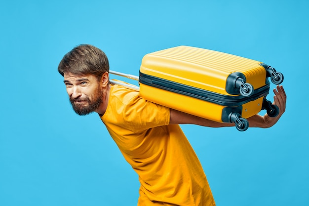 Viajante masculino com uma mala nas costas modelo gravitacional
