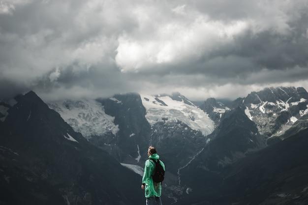 Viajante masculino e verão paisagem tempestuosa de montanha
