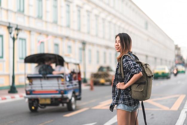 Viajante, mochileiro, mulher asian, viagem, em, bangkok, tailandia
