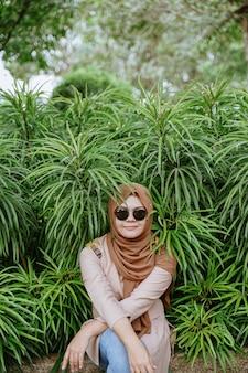 Viajante mulher asiática muçulmana olhar e segurando o mapa