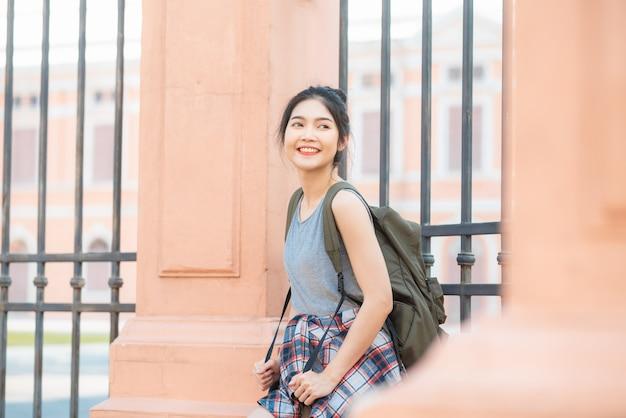 Viajante mulher asiática viajando e andando em bangkok, tailândia