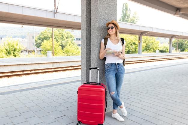 Viajante na estação de trem com sua bagagem
