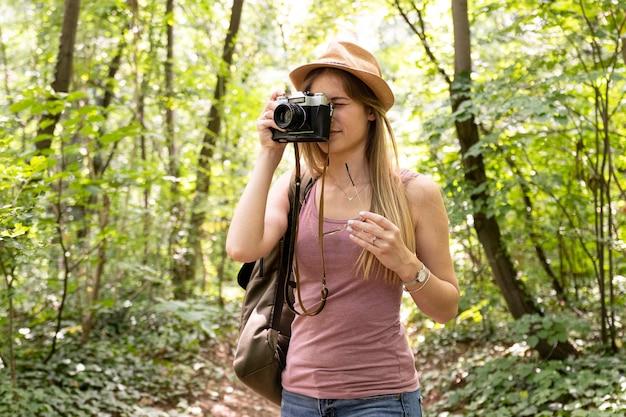 Viajante na floresta está tirando fotos