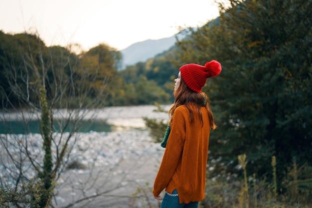 Viajante na floresta perto do rio nas montanhas