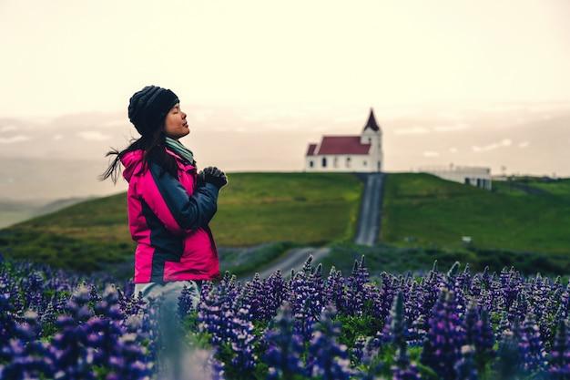 Viajante na islândia. igreja e tremoço flores.