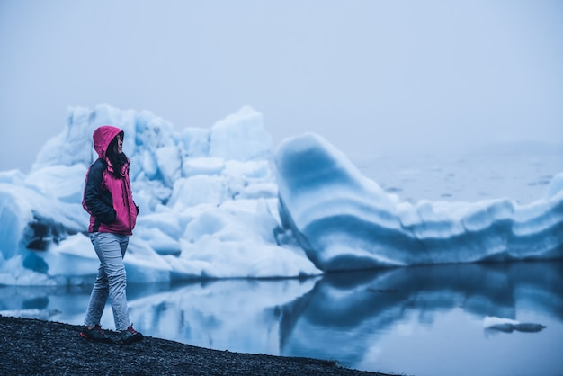 Viajante na lagoa glacial na islândia