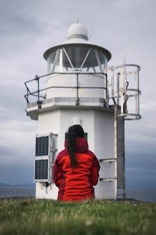 Viajante no farol vaternish na ilha de skye, escócia