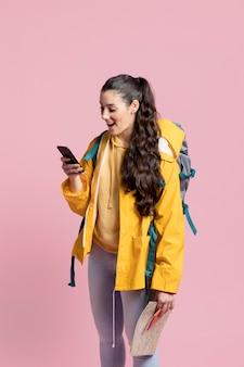 Viajante, olhando através de seu telefone