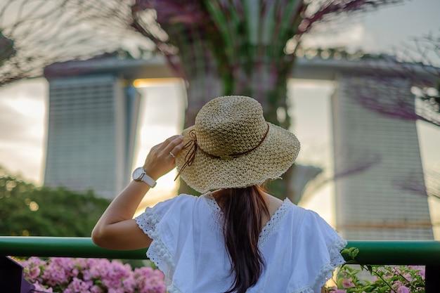 Viajante olhando para supertree em jardins pela baía em cingapura