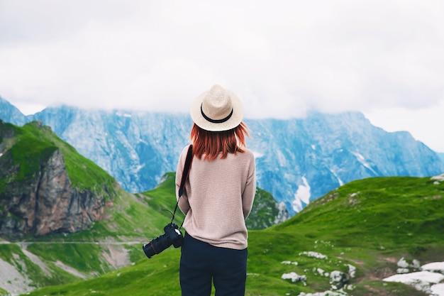 Viajante ou caminhante nas montanhas conceito de estilo de vida travel freedom