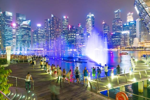 Viajante pedestre na cidade de singapura.