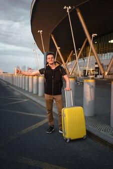 Viajante pegando um táxi no aeroporto