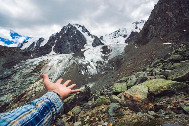 Viajante perto da cordilheira gigante nevado.