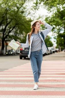 Viajante sendo feliz nas ruas vista frontal