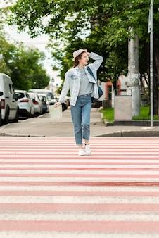 Viajante, sendo feliz nas ruas vista longa