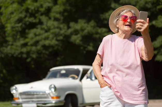 Viajante sênior usando óculos escuros vermelhos