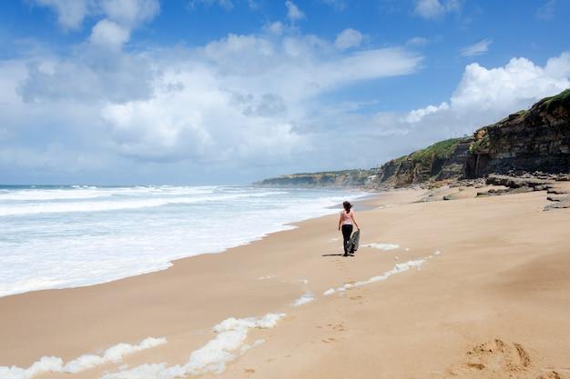 Viajante solitário na costa do oceano