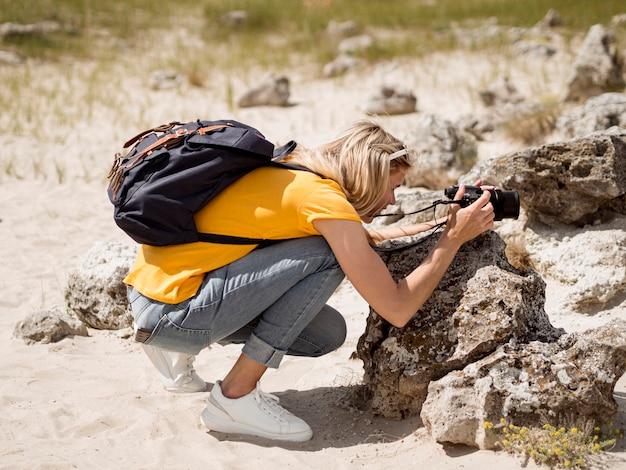 Viajante tirando fotos