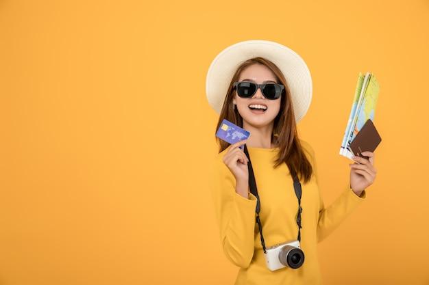 Viajante turista asiática em roupas casuais de verão vestido amarelo com chapéu