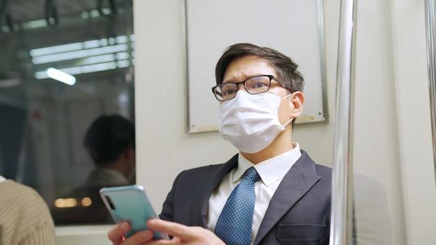 Viajante usando máscara facial