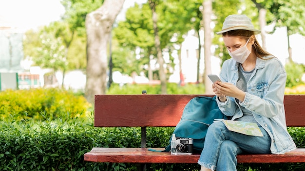 Viajante usando máscara médica no parque