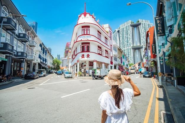 Viajante visita chinatown, singapura