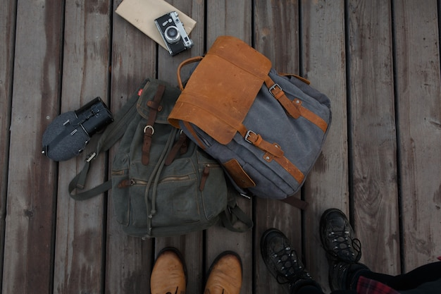 Viajantes com mochilas e câmera retro