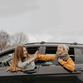 Viajantes comemorando pela janela do carro
