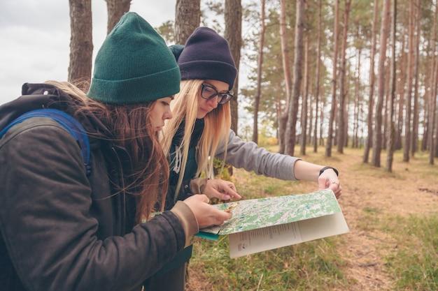 Viajantes de mulheres com mapa e bússola