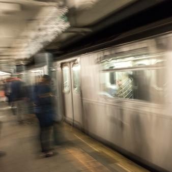Viajantes, em, estação metrô, plataforma, manhattan, cidade nova iorque, estado nova iorque, eua