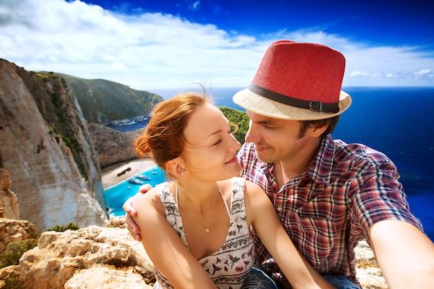 Viajantes em segundo plano praia incrível de navagio ou praia de naufrágios zakynthos grécia