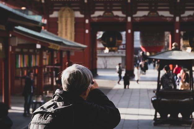 Viajantes jornalistas fotógrafos adultos tiram fotos do templo de asakusa, localizam kaminarimon de sensoji