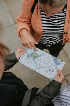 Viajantes lendo mapa