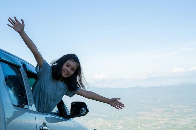 Viajantes, mulheres jovens, olhem para as incríveis montanhas e florestas, ideias de viagens por viagens,