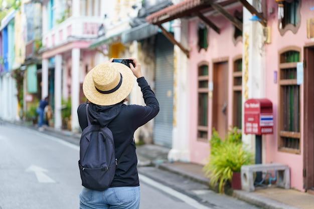 Viajantes na cidade velha de phuket com arquitetura building sino portuguese em phuket