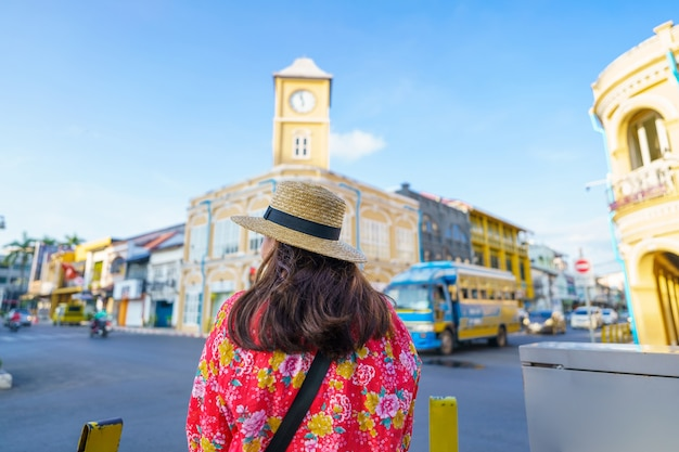 Viajantes na cidade velha de phuket de rua com arquitetura do edifício sino português na área de cidade velha de phuket phuket, tailândia. conceito de viagens