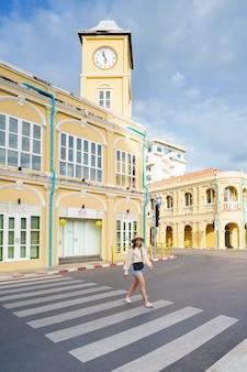 Viajantes na rua da cidade velha de phuket com arquitetura do edifício sino português na área da cidade velha de phuket,