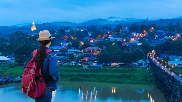 Viajantes olhando a vila
