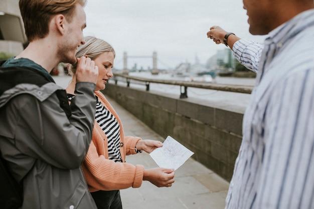 Viajantes pedindo orientação a um local