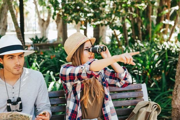 Viajantes que olham através de binóculos