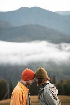 Viajantes rurais próximos uns dos outros
