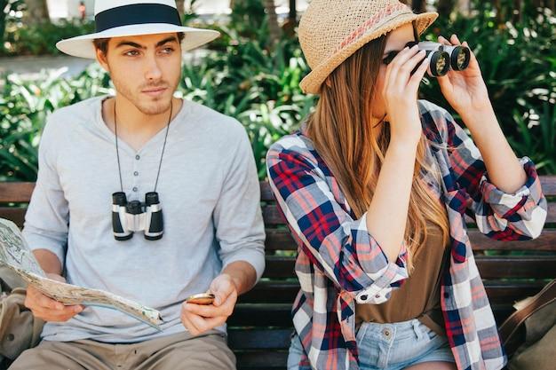 Viajantes sentados em um banco do parque